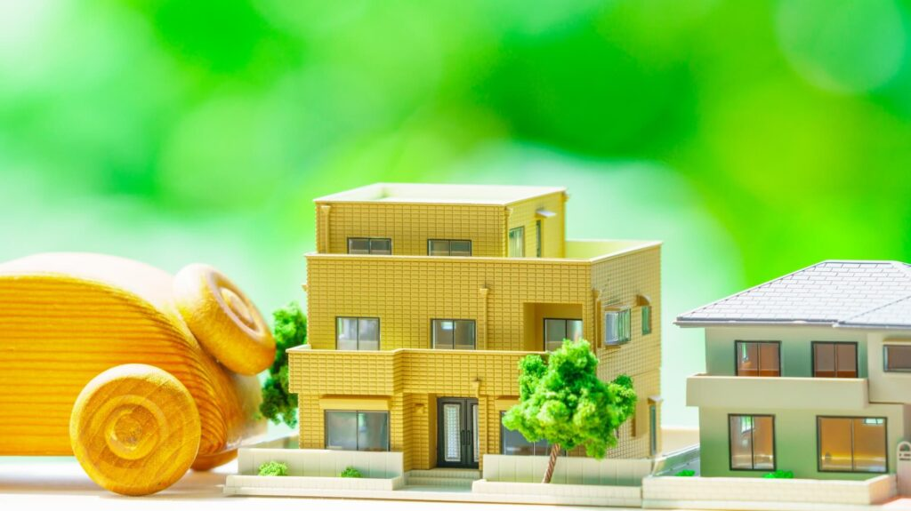 住宅の模型と木の車